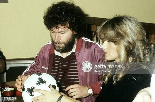 Lena Valaitis Paul Breitner Aufnahmen zur LP 'Ole Espana' mit der FußballNationalmannschaft 1982 für die WM 1982 Sängerin FußballProfis SI/LG