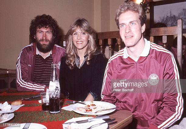 Lena Valaitis Paul Breitner Toni Schumacher Aufnahmen zur LP Ole Espana mit der FußballNationalmannschaft 1982 für die WM 1982 Sängerin FußballProfis...