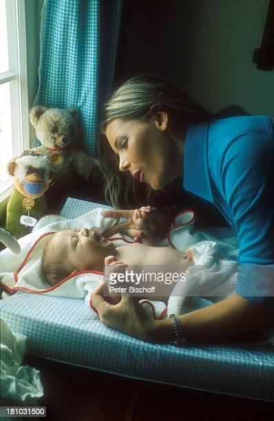 Lena Valaitis Sohn Marco Wiedmann Homestory Laichingen bei Ulm Kinderzimmer Wickelkommode wickeln Windel wechseln Baby Säugling Sängerin Promis...