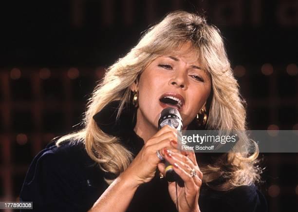 Lena Valaitis ZDFShow SuperHitparade 1982 Berlin Deutschland Europa Auftritt Bühne Mikrofon Sängerin SI PH