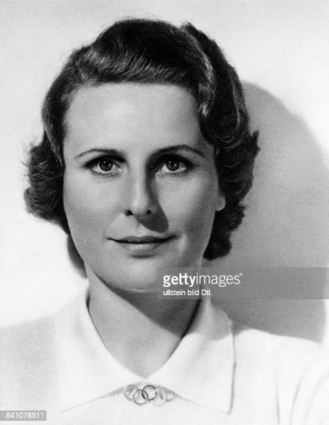 Leni Riefenstahl Leni Riefenstahl *22.08..2003+ Film director and actress, photographer, Germany Portrait, wearing a brooch with the Olympic rings -...