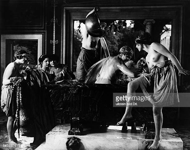 Leni Riefenstahl Leni Riefenstahl taking a 'Roman bath' scene from the film 'Ways to Strength and Beauty'| director Wilhelm Prager published in...
