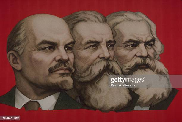 lenin, marx, engels banner in moscow's red square - may day international workers day stockfoto's en -beelden