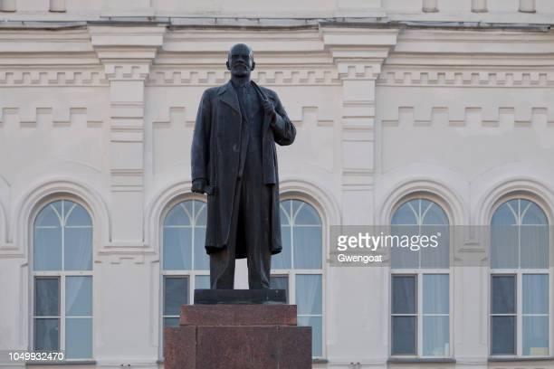 monument de lénine à omsk - gwengoat photos et images de collection