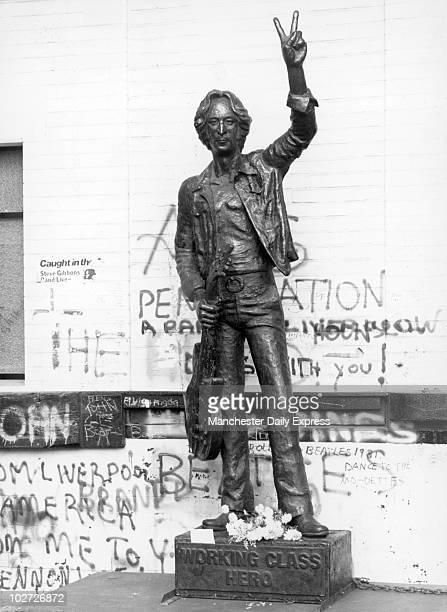 Lennon statue in Liverpool 1981