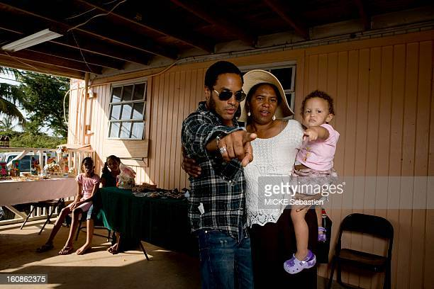 Lenny KRAVITZ receives Paris Match in the Bahamas the island of Eleuthera where he has a property the singer posing with his cousin Rebecca wearing...
