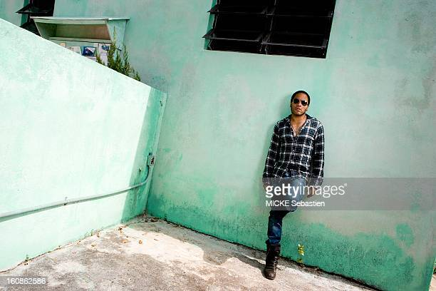Lenny KRAVITZ receives Paris Match in the Bahamas the island of Eleuthera where he has a property the singer's attitude supported against a wall
