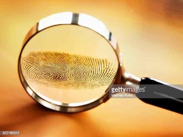 lens enlarging fingerprint - crimine foto e immagini stock