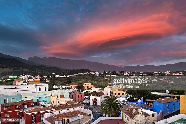 """lenticular cloud over """"el paso"""" town (la palma island. canaries. spain) - dähncke fotografías e imágenes de stock"""