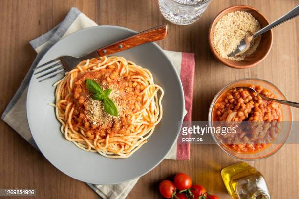 lentil bolognese pasta. vegan food - spaghetti stock pictures, royalty-free photos & images