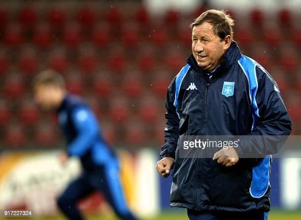 l'entraîneur d'Auxerre Guy Roux supervise l'entraînement de ses joueurs le 29 octobre 2002 au Philips Stadion à Eindhoven à la veille de la rencontre...
