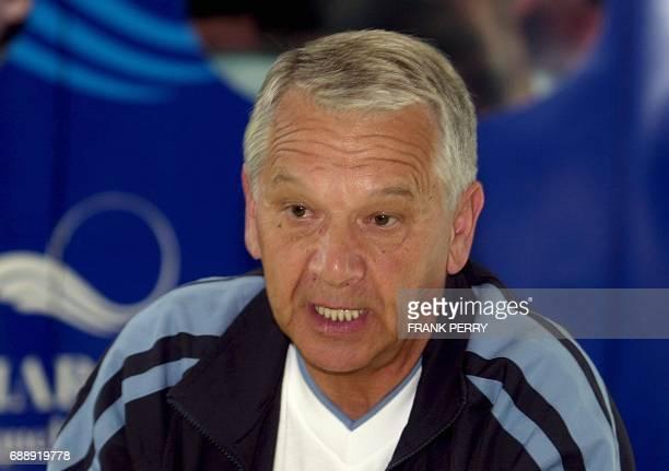 l'entraîneur de l'équipe de football de l'Olympique de Marseille Tomas Ivic s'exprime le 13 juillet 2001 au centre de Thalassothérapie Louison Bobet...