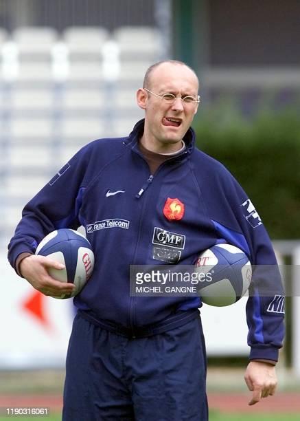 l'entraîneur de l'équipe de France de rugby Bernard Laporte porte des ballons le 20 mars 2001 au stade Bonneval à la Teste de Buch où le quinze de...