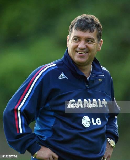 l'entraîneur français Jacques Santini plaisante avec ses joueurs le 02 septembre 2002 à Clairefontaine lors d'une séance d'entrainement de l'équipe...