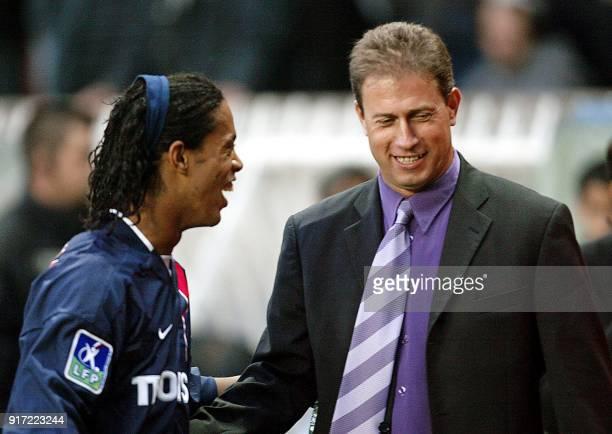 l'entraîneur Marseille Alain Perrin présente des excuses au Brésilien du PSG Ronaldinho après que ce dernier ait reçu des projectiles de la part des...