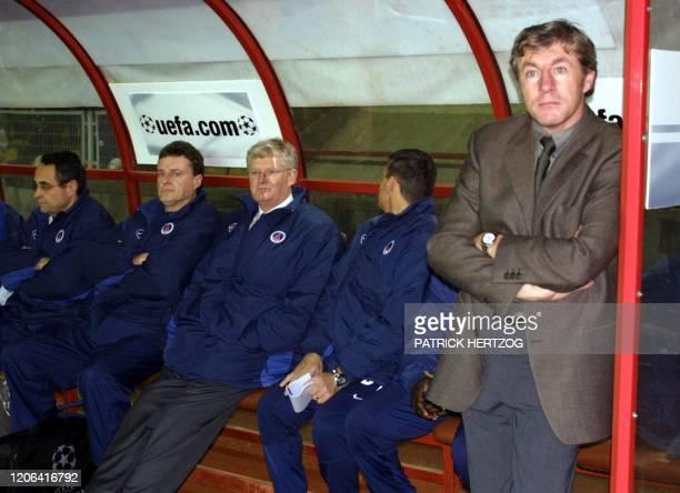L'entraîneur parisien Luis Fernandez se tient près du banc de touche, le 06 décembre 2000 au stade Ali Sami Yen à Istanbul, lors de la rencontre...