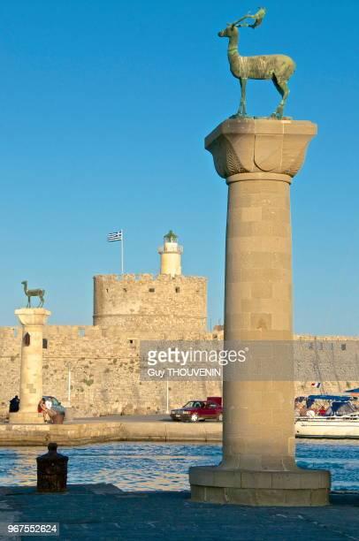 A l'entrée du Port de Mandraki deux colonnes de bronze sur lesquelles sont représentés les animaux qui sont l'emblème de Rhodes Elafos et Elafian le...