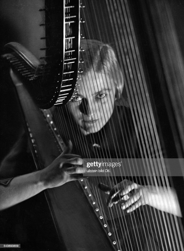 Lentrodt, Ursula - Musician, Harpist, Germany- Portrait with harp - Photographer: Curt Ullmann- Published by: 'Hier Berlin' 11/1937Vintage property of ullstein bild : News Photo