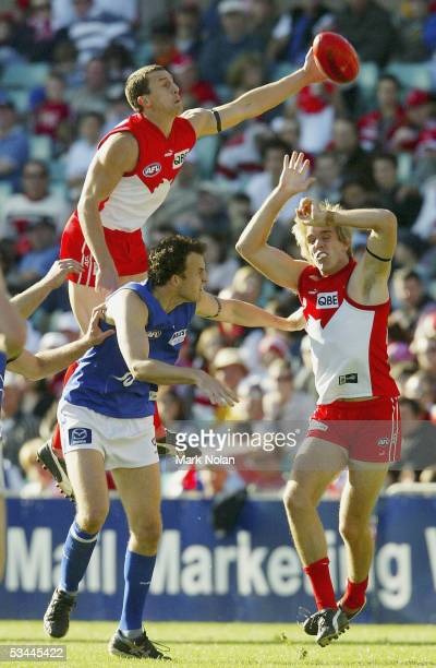 Leo Barry of the Swans in action during the round 21 AFL match between the Sydney Swans and the Kangaroos at the SCG on August 21 2005 in Sydney...