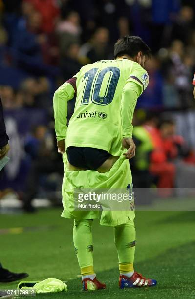 Leo Messi of FC Barcelona changes his shorts during the La Liga match between Levante UD and FC Barcelona at Ciutat de Valencia Stadium on December...