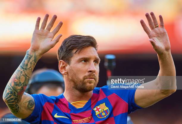 Leo Messi of FC Barcelona waves to the crowd during the Joan Gamper trophy friendly match at Nou Camp between FC Barcelona and Arsenal at Nou Camp on...