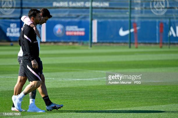 Leo Messi speaks with head coach Mauricio Pochettino during a Paris Saint-Germain training session at Ooredoo Center on September 17, 2021 in Paris,...