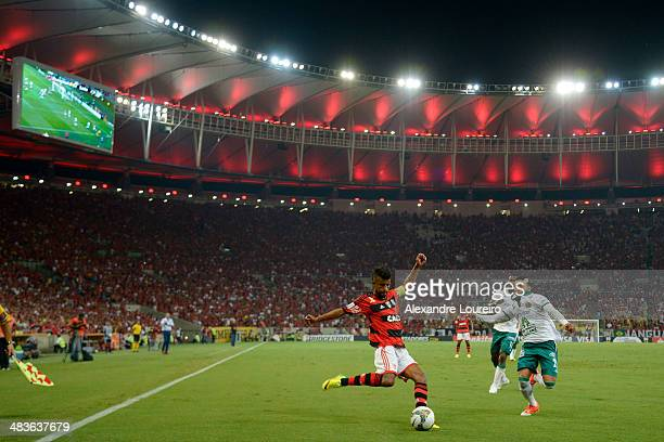 Leo Moura of Flamengo fights for the ball with Vazquez of Leon during a match between Flamengo and Leon as part of Copa Bridgestone Libertadores 2014...