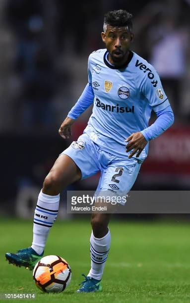 Leo Moura of Gremio drives the ball during a round of sixteen first leg match between Estudiantes de La Plata and Gremio as part of Copa CONMEBOL...