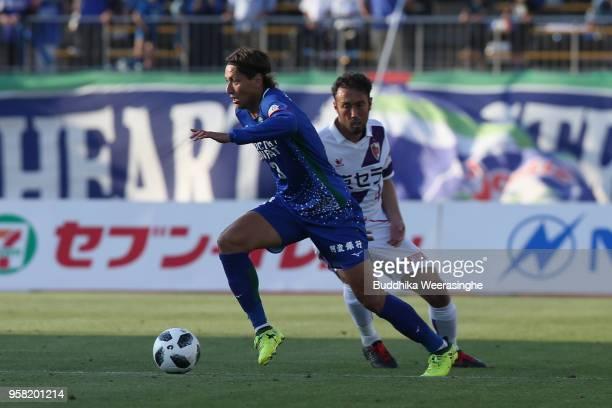 Leo Osaki of Tokushima Vortis contorls the ball under pressure of Marcus Tulio Tanaka of Kyoto Sanga during the JLeague J2 match between Tokushima...