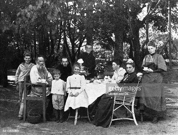 Leo TOLSTOY *09.09.1828-+Russian writer Tolstoy with his family in the garden of his home Yasnaya Polyana, with his sons Lev, Ilya, Michael, Ivan,...