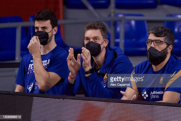 Leo Westermann, #2 of FC Barcelona and Pau Gasol follow the game during the Liga Endesa match between FC Barcelona and Casademont Zaragoza at Palau...