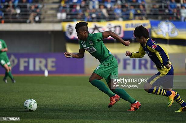 Leomineiro of FC Gifu dribbles the ball during the JLeague second division match between Thespa Kusatsu Gunma and FC Gifu at the Shoda Shoyu Stadium...