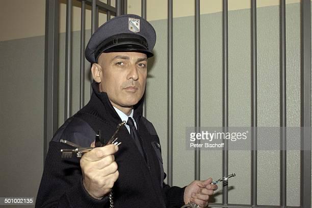 Leon Boden RTLSerie Hinter Gittern der Frauenknast Berlin PNr 1113/22005 Schauspieler Knast Gefängnis Wärter Aufseher Uniform Mütze Handschellen...