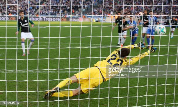 Leon Goretzka of Schalke scores the first goal after penalty during the Bundesliga match between Hertha BSC and FC Schalke 04 at Olympiastadion on...