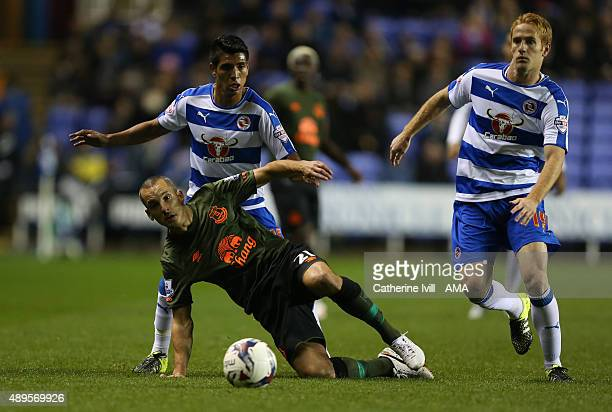 Leon Osman of Everton battles with Paolo Hurtado and Alex Fernandez of Reading during the Capital One Cup match between Reading and Everton at...