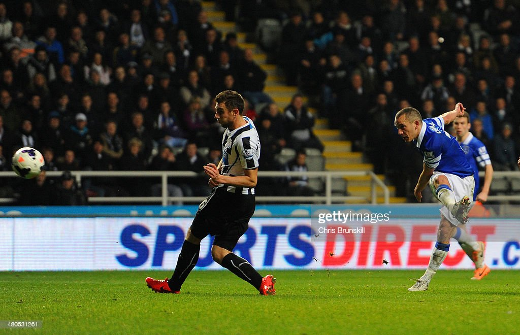 Leon Osman of Everton scores their third goal during the Barclays Premier League match between Newcastle United and Everton at St James' Park on March 25, 2014 in Newcastle upon Tyne, England.