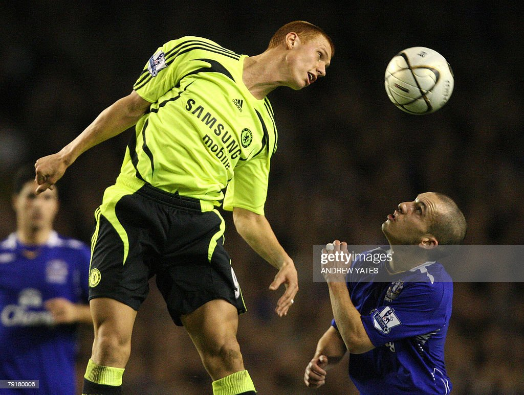 Leon Osman (R) of Everton vies with Steve Sidwell of Chelsea during the English League Cup football match at Goodison Park, Liverpool , north-west, 23 January , 2008. AFP PHOTO/ANDREW YATES Mobile and website use of domestic English football pictures are subject to obtaining a Photographic End User Licence from Football DataCo Ltd Tel : +44 (0) 207 864 9121 or e-mail accreditations@football-dataco.com - applies to Premier and Football League matches.