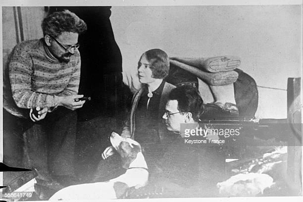 Leon Trotsky en compagnie de son épouse Natalia Sedova et de son fils Lev Sedov en exil en 1929 en Allemagne