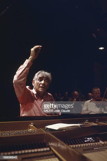 Leonard Bernstein At The Salzburg Festival Le chef et pianiste américain Leonard BERNSTEIN répète un concerto pour piano de Mozart avec l'Orchestre...