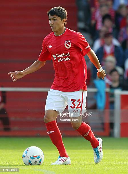 Leonardo Bittencourt of Cottbus runs with the ball during the Second Bundesliga match between FC Energie Cottbus and SG Dynamo Dresden at Stadion der...