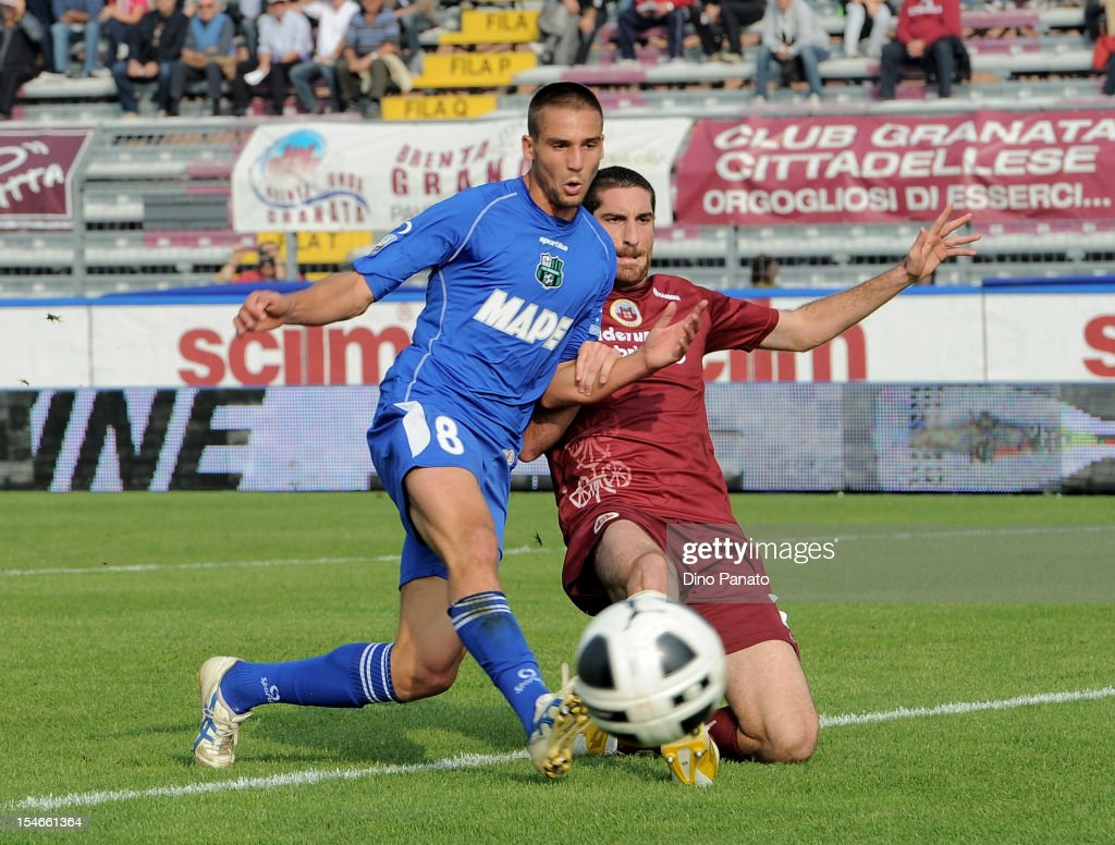 Leonardo Pavoletti (L) of AS Cittadella competes with Cristian Sosa of US Sassuolo Calcio during the Serie B match between AS Cittadella and US Sassuolo Calcio at Stadio Pier Cesare Tombolato on October 20, 2012 in Cittadella, Italy.