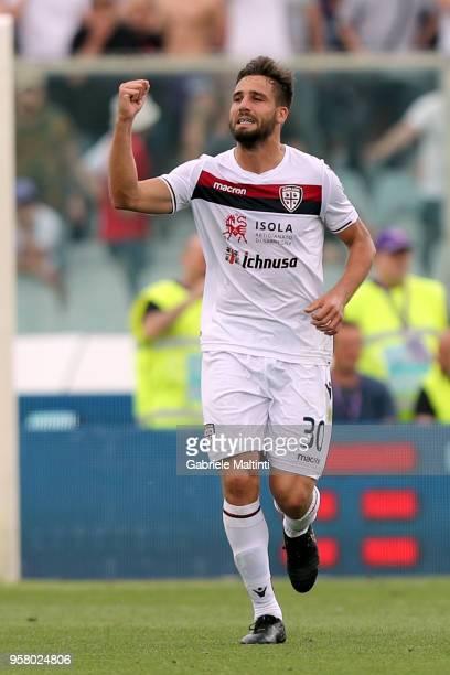 Leonardo Pavoletti of Cagliari Calcio celebrates after scoring a goal during the serie A match between ACF Fiorentina and Cagliari Calcio at Stadio...