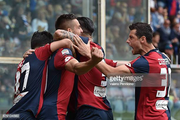 Leonardo Pavoletti of Genoa CFC celebrates after scoring the opening goal with team mates during the Serie A match between UC Sampdoria and Genoa CFC...