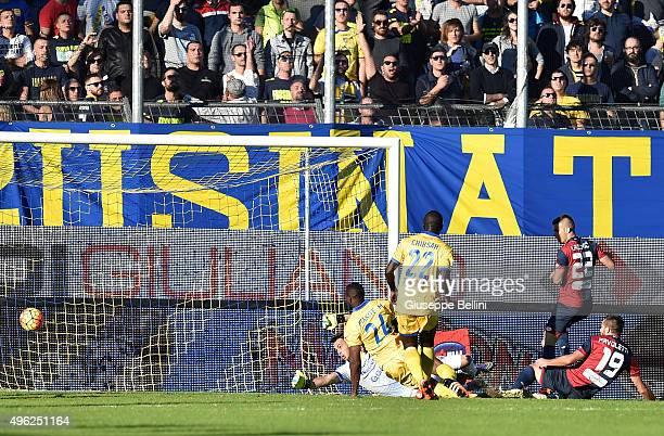 Leonardo Pavoletti of Genoa scores the opening goal during the Serie A match between Frosinone Calcio and Genoa CFC at Stadio Matusa on November 8...
