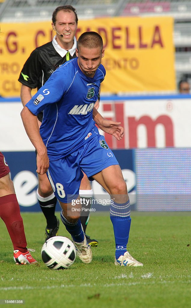 Leonardo Pavoletti of US Sassuolo Calcio in action during the Serie B match between AS Cittadella and US Sassuolo Calcio at Stadio Pier Cesare Tombolato on October 20, 2012 in Cittadella, Italy.