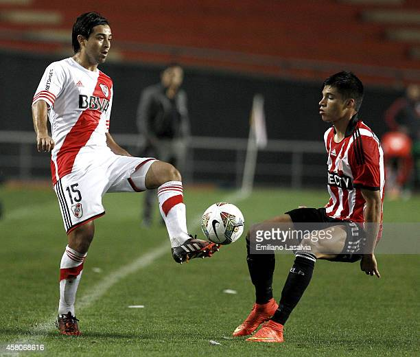 Leonardo Pisculichi of River Plate fights for the ball with Joaquin Correa of Estudiantes during a first leg match between Estudiantes and River...