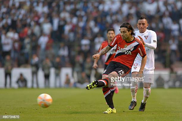 Leonardo Pisculichi of River Plate passes the ball during a second leg match between Liga Deportiva Universitaria de Quito and River Plate as part of...