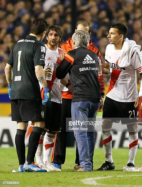 Leonardo Ponzio of River Plate talks to Agustin Orion of Boca Juniors while the match was delayed due to a tear gas bomb during a second leg match...
