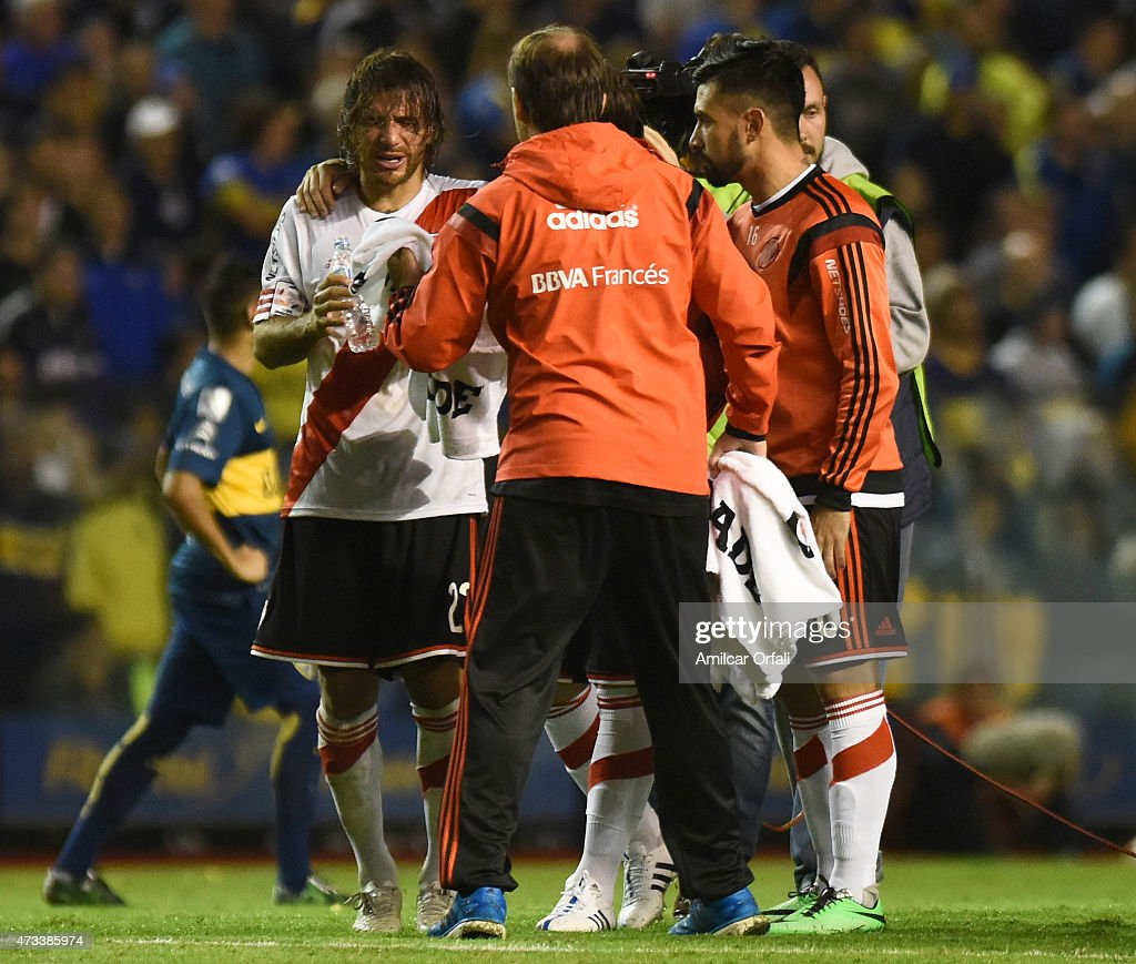 Leonardo Ponzio of River Plate tries to wash off tear gas during a second leg match between Boca Juniors and River Plate as part of round of sixteen of Copa Bridgestone Libertadores 2015 at Alberto J. Armando Stadium on May 14, 2015 in Buenos Aires, Argentina.