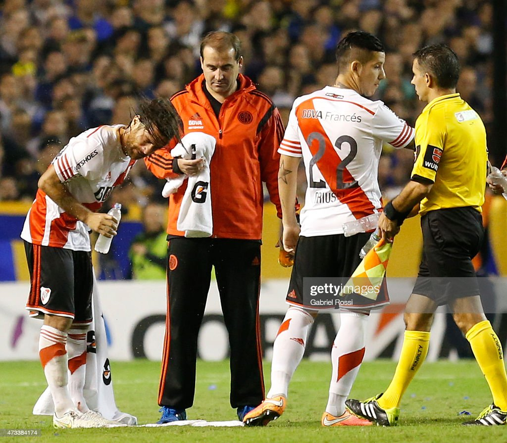 Leonardo Ponzio of River Plate tries to wash off tear gas from his eyes during a second leg match between Boca Juniors and River Plate as part of round of sixteen of Copa Bridgestone Libertadores 2015 at Alberto J. Armando Stadium on May 14, 2015 in Buenos Aires, Argentina.